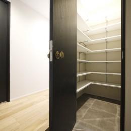 羽目板天井のキッチン空間 (玄関SIC)