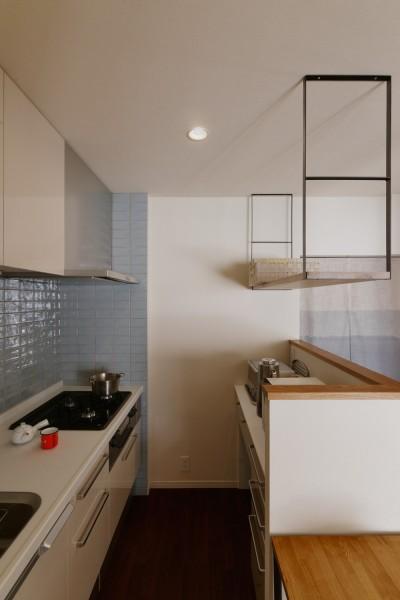キッチン (T邸_「男のロマン」を感じる寛ぎの住まい)