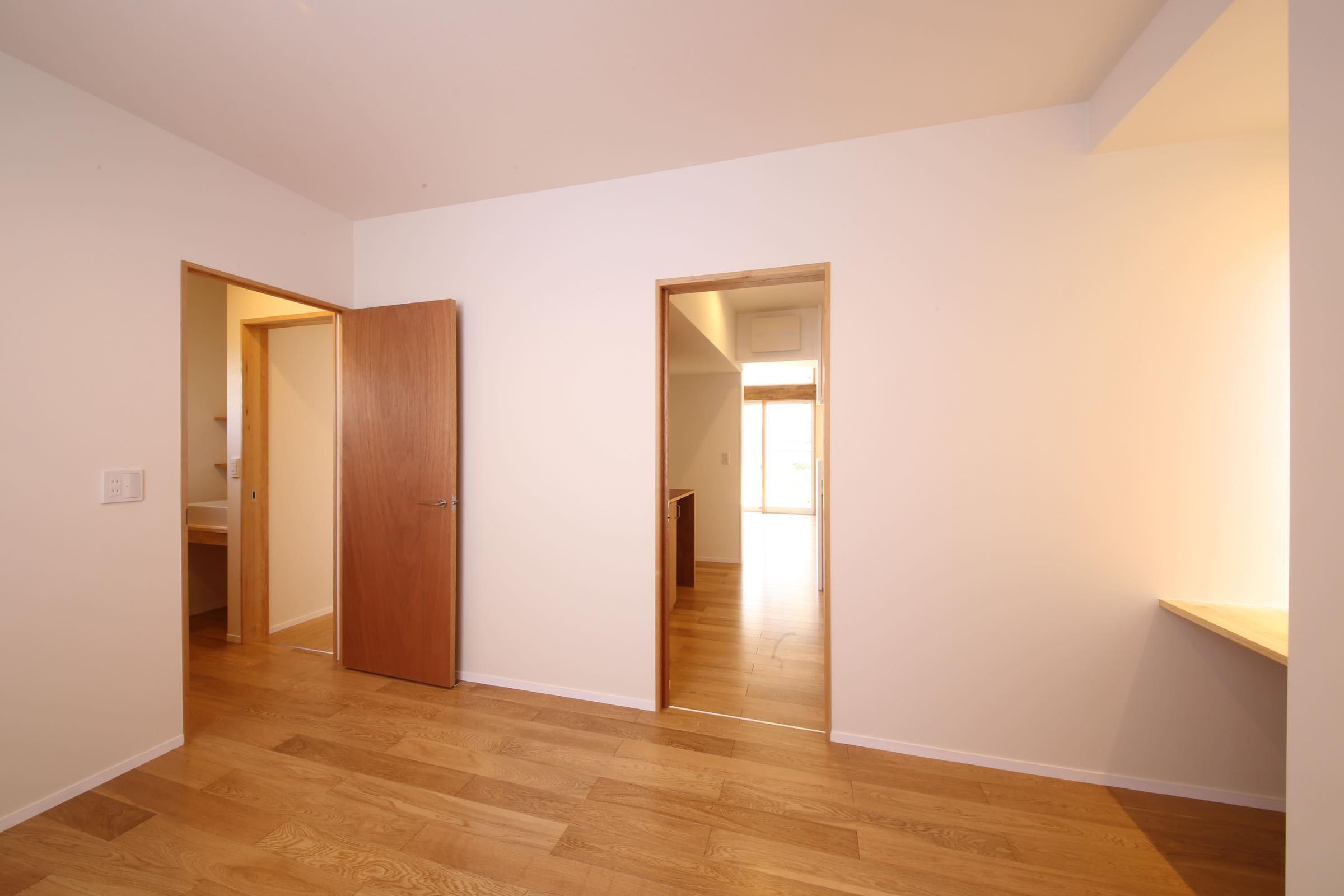 ベッドルーム事例:ゲストルーム(赤の家・RED HOUSE)