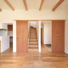 雑木林の庭を取り込む家・RED & GREEN HOUSE (リビング階段)
