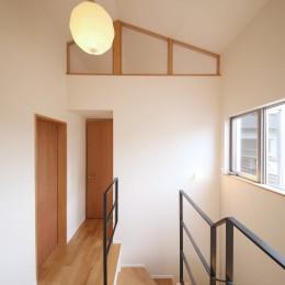 雑木林の庭を取り込む家・RED & GREEN HOUSE (階段ホール)