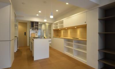 第二の人生を夫婦で楽しむ光と風が通り抜けるマンションのスケルトンリフォーム (廊下にあるキッチン)