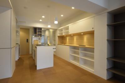 廊下にあるキッチン (第二の人生を夫婦で楽しむ光と風が通り抜けるマンションのスケルトンリフォーム)