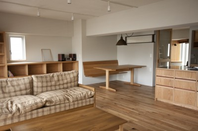 AShouse 所蔵する本の数が多い家族のマンションのリノベーション (リビングとダイニング)