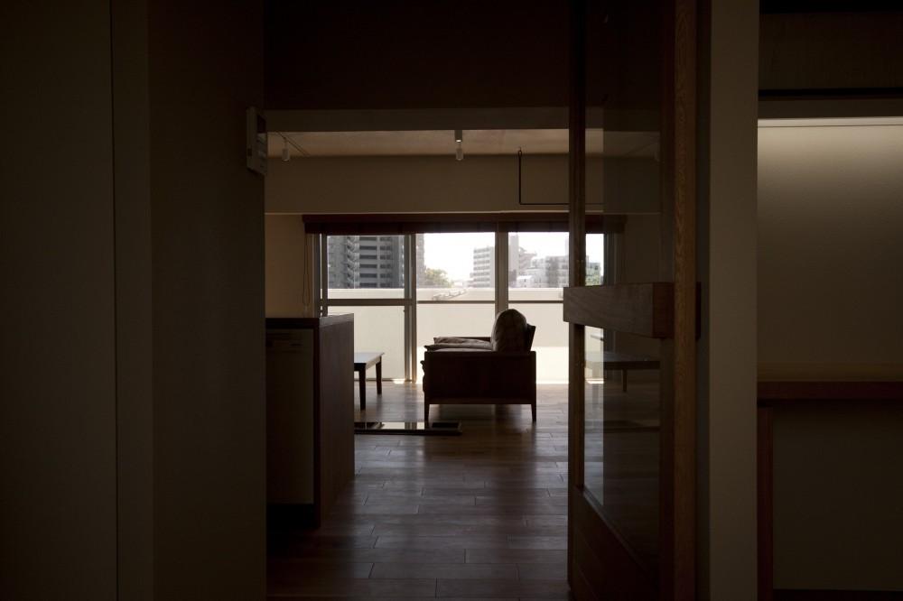 AShouse 所蔵する本の数が多い家族のマンションのリノベーション (リビング)