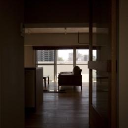リビング (AShouse 所蔵する本の数が多い家族のマンションのリノベーション)