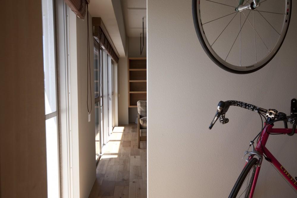 AShouse 所蔵する本の数が多い家族のマンションのリノベーション (バイクハンガーのある納戸)
