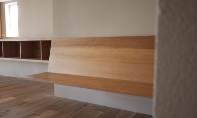 AShouse 所蔵する本の数が多い家族のマンションのリノベーション (ダイニングのベンチ)