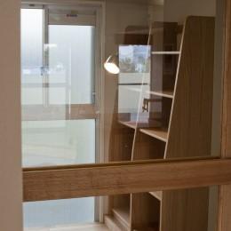 AShouse 所蔵する本の数が多い家族のマンションのリノベーション (家族の本棚)
