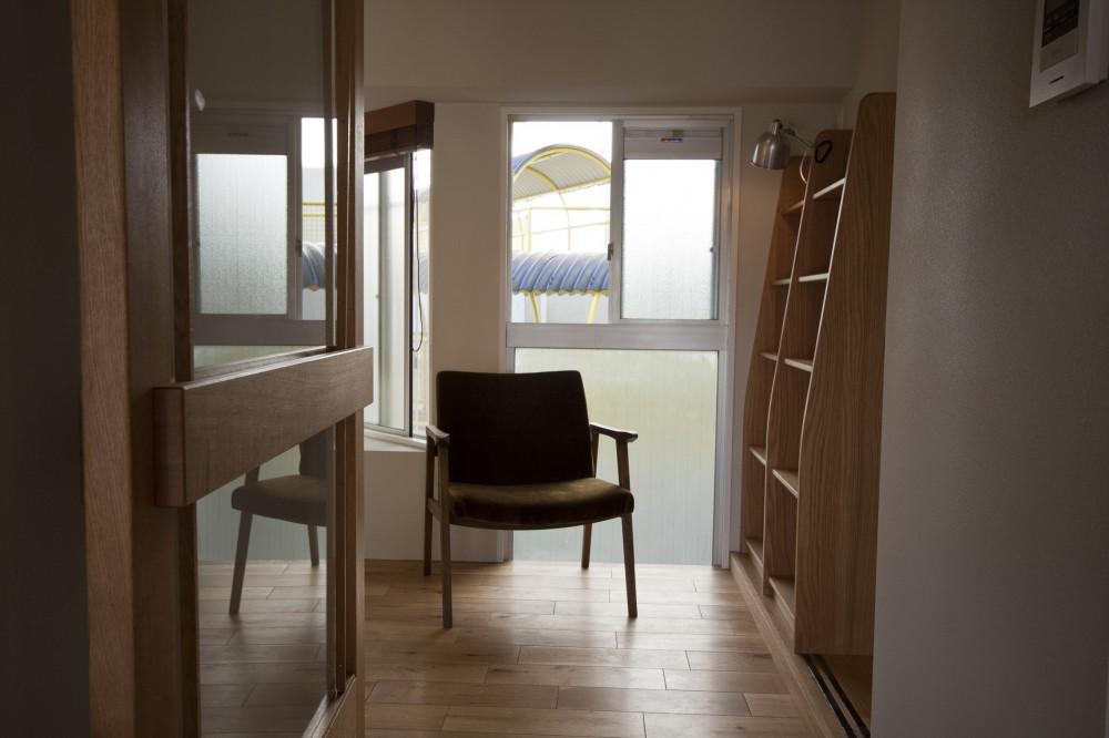 AShouse 所蔵する本の数が多い家族のマンションのリノベーション (北側の窓辺の本棚)