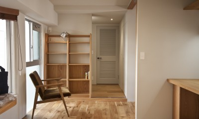 AShouse 所蔵する本の数が多い家族のマンションのリノベーション (北側の窓辺にある本棚のあるオープンスペース)