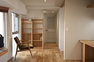 北側の窓辺にある本棚のあるオープンスペース (AShouse 所蔵する本の数が多い家族のマンションのリノベーション)
