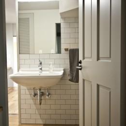 AShouse 所蔵する本の数が多い家族のマンションのリノベーション (洗面所)