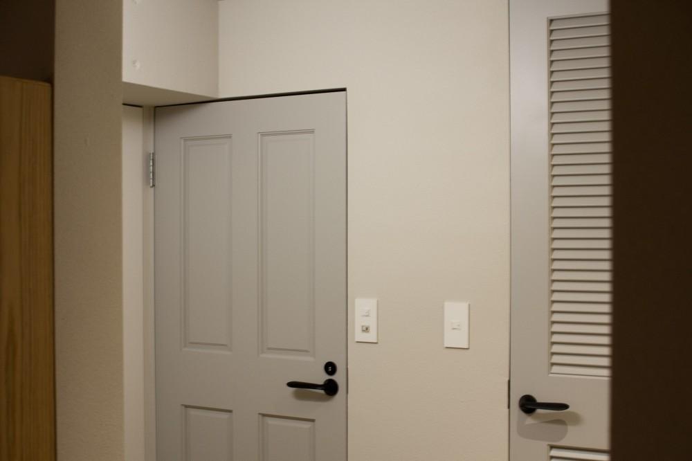 AShouse 所蔵する本の数が多い家族のマンションのリノベーション (ドア)