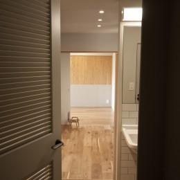 AShouse 所蔵する本の数が多い家族のマンションのリノベーション (寝室)