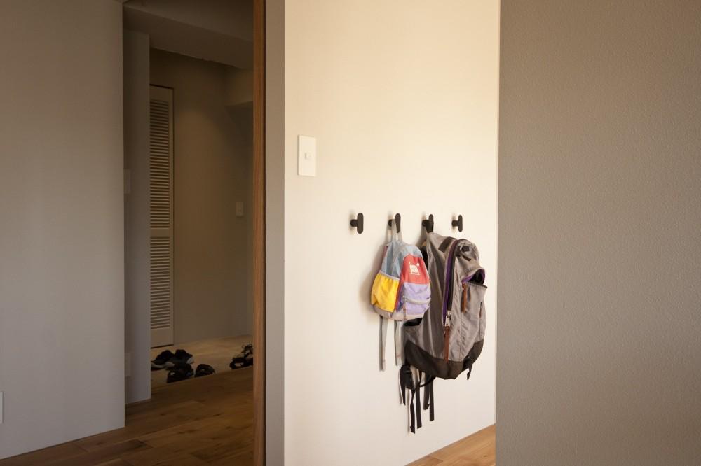 AShouse 所蔵する本の数が多い家族のマンションのリノベーション (玄関)