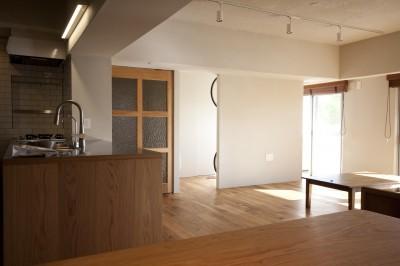 AShouse 所蔵する本の数が多い家族のマンションのリノベーション (ダイニングからリビングやキッチンをみる)