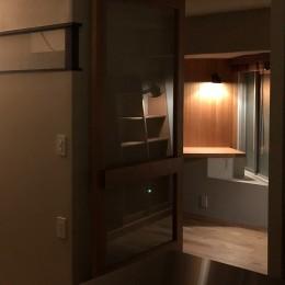 AShouse 所蔵する本の数が多い家族のマンションのリノベーション (夜にリビングから勉強部屋をみる)