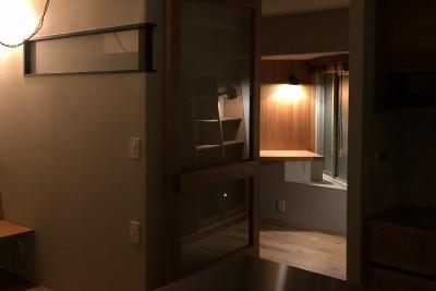 夜にリビングから勉強部屋をみる (AShouse 所蔵する本の数が多い家族のマンションのリノベーション)