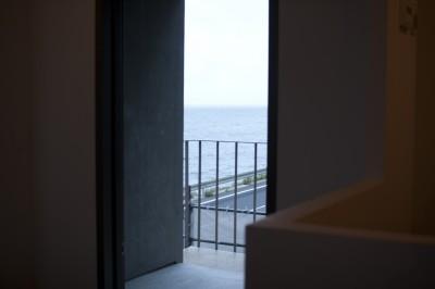 玄関から海をみる (private villa nook)