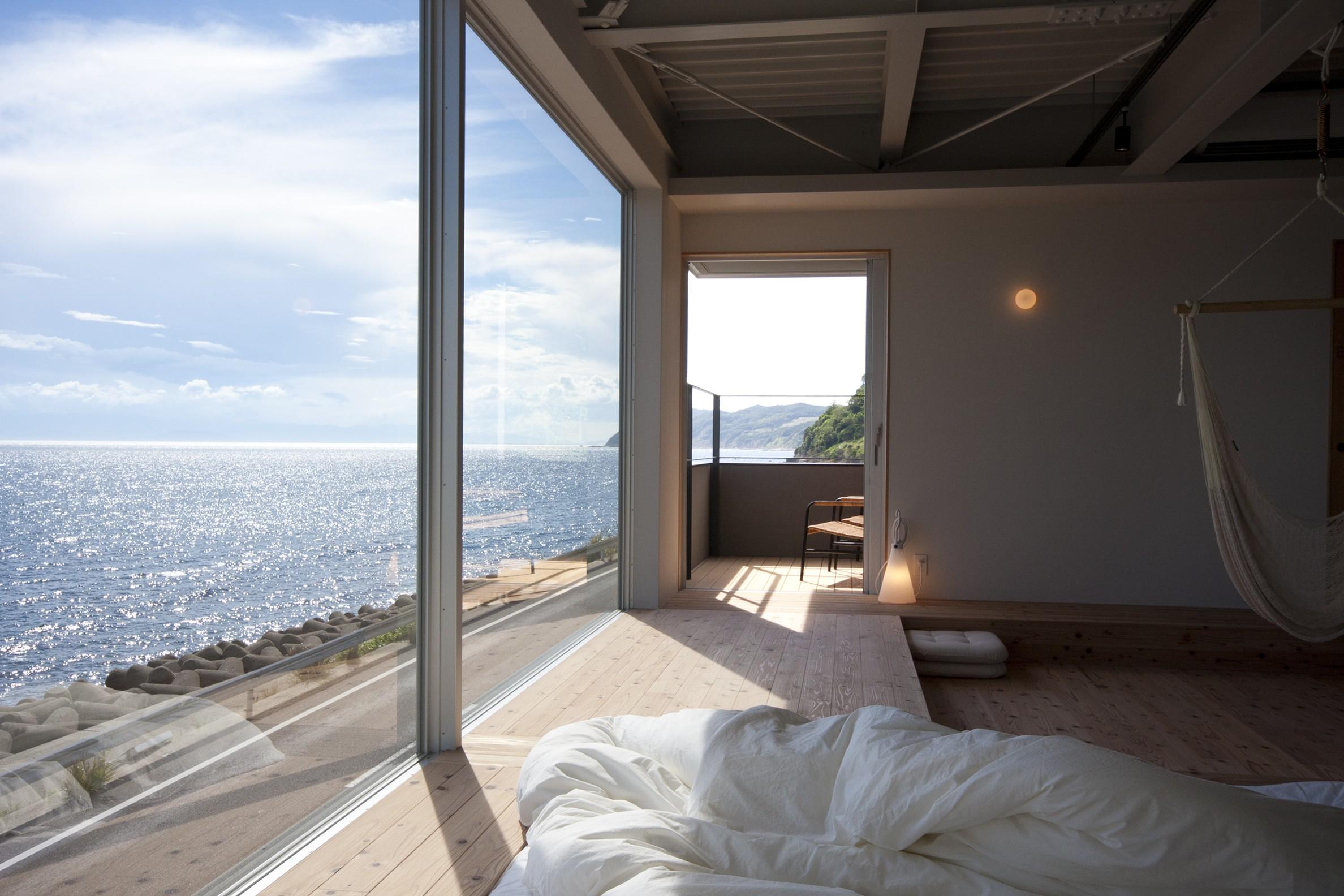 リビングダイニング事例:リビングから海をみる(private villa nook)
