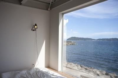 ベッドサイドから海をみる (private villa nook)