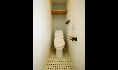 ホワイトクロス×オークフローリングでナチュラル空間に。 (トイレ)