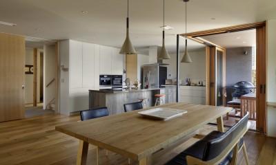ダイニングキッチンとテラス|House-H Renovation / 築40年木造住宅のリノベーション