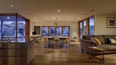 ダイニングキッチンとテラス (House-H Renovation / 築40年木造住宅のリノベーション)