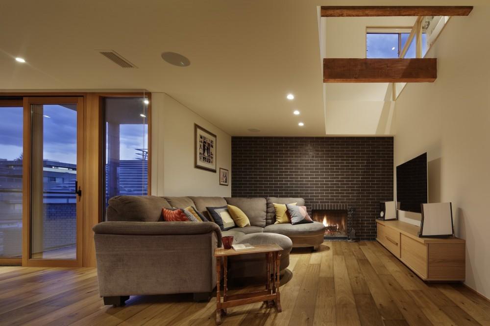 House-H Renovation / 築40年木造住宅のリノベーション (リビングと暖炉)