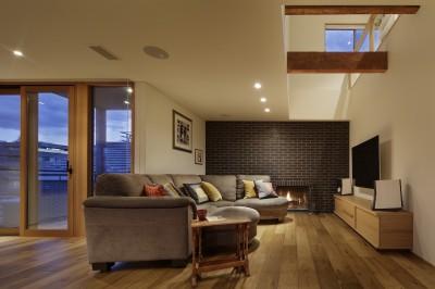 リビングと暖炉 (House-H Renovation / 築40年木造住宅のリノベーション)