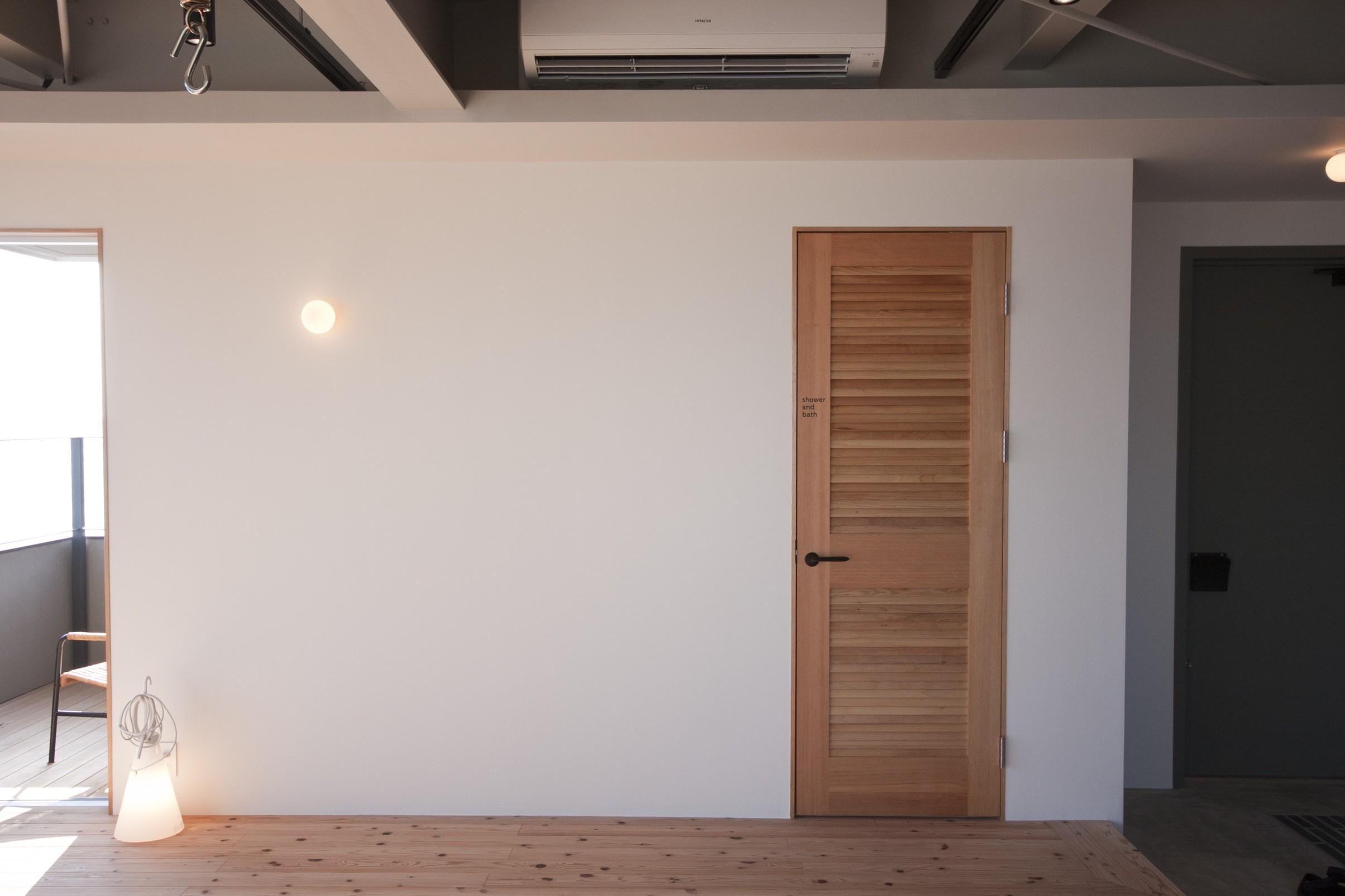 リビングダイニング事例:シャワールームとバルコニーと一粒の照明(private villa nook)