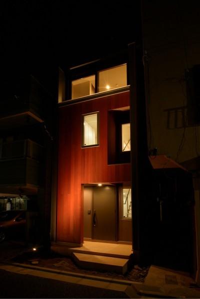 街を照らす建物照明 (光と風が通り抜ける下町の立体長屋)