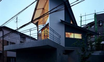 【丘を望む家 】 谷を超えて眺望が広がる急斜面に建つ家