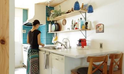 こだわりのインテリアがつまった心地良いリビング空間に (キッチン)