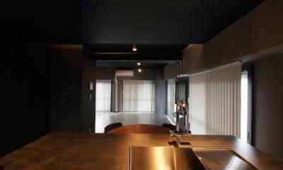ダークカラーを基調とした大人かっこいい東京リノベーション (キッチン)