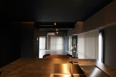 キッチン (ダークカラーを基調とした大人かっこいい東京リノベーション)