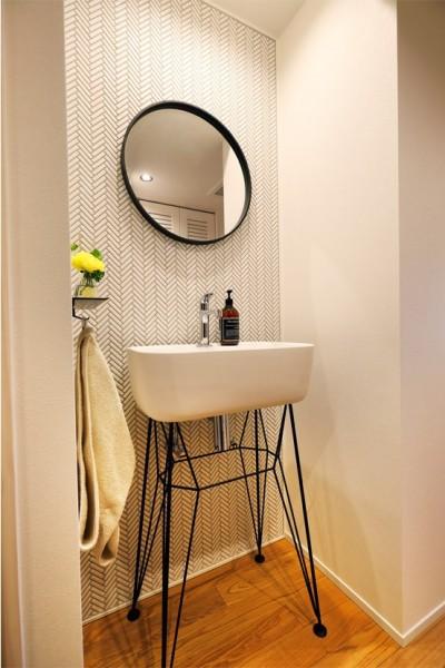 スタイリッシュなデザインの廊下洗面 (デザインと実用性、広さと収納力。こだわりどころにメリハリをつけて、満足度は満点に。)