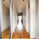 デザインと実用性、広さと収納力。こだわりどころにメリハリをつけて、満足度は満点に。の写真 ルーバーの扉でヌケ感のある廊下