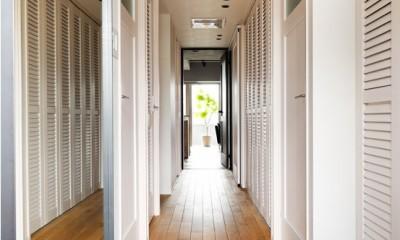 ルーバーの扉でヌケ感のある廊下 デザインと実用性、広さと収納力。こだわりどころにメリハリをつけて、満足度は満点に。