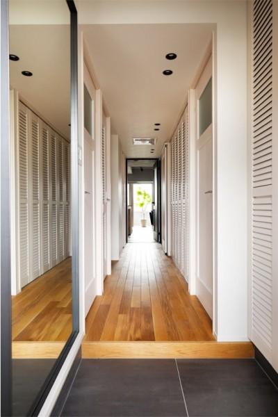 ルーバーの扉でヌケ感のある廊下 (デザインと実用性、広さと収納力。こだわりどころにメリハリをつけて、満足度は満点に。)