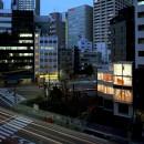 Y字路-道筋に建つ家の写真 夕景