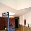 Y字路-道筋に建つ家の写真 らせん階段