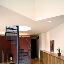 Y字路-道筋に建つ家 (らせん階段)