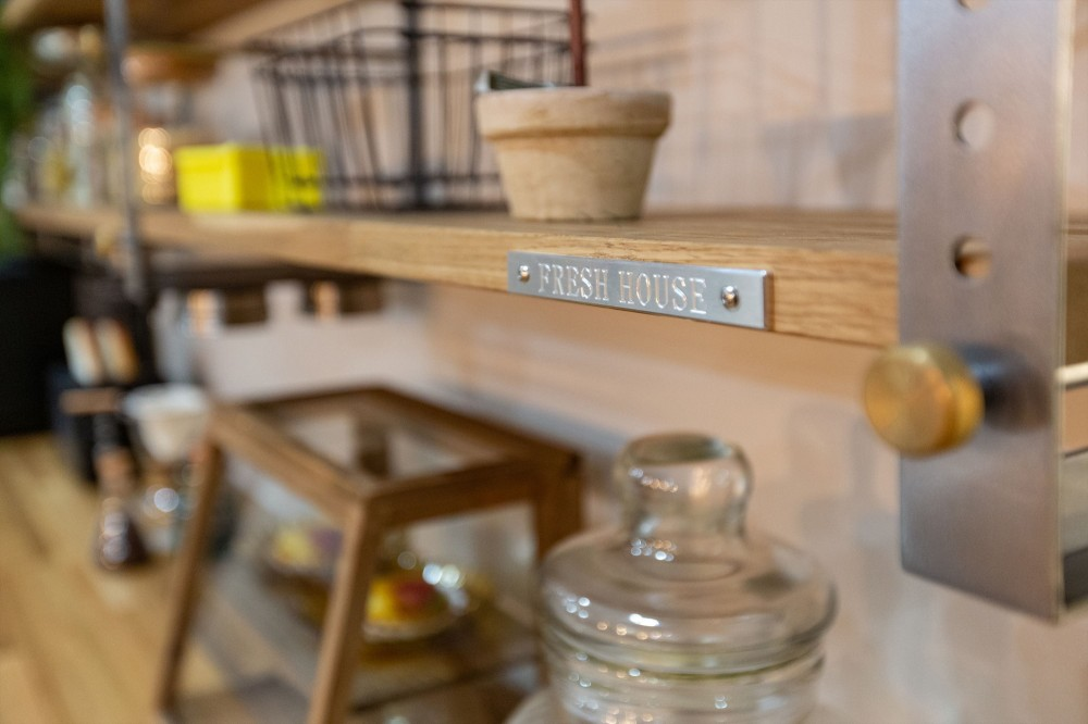 カフェのようにくつろげるリビングダイニング (飾り棚)