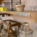 カフェのようにくつろげるリビングダイニングの写真 飾り棚