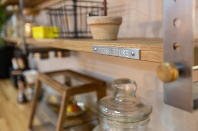 飾り棚 (カフェのようにくつろげるリビングダイニング)