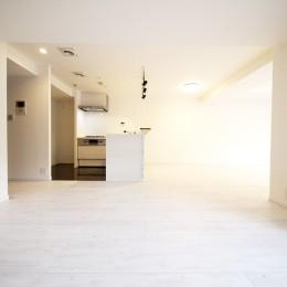 大理石調カウンターのL型キッチン (LDK)