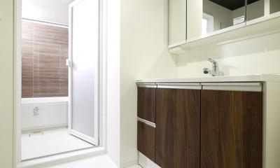 大理石調カウンターのL型キッチン (洗面・バスルーム)