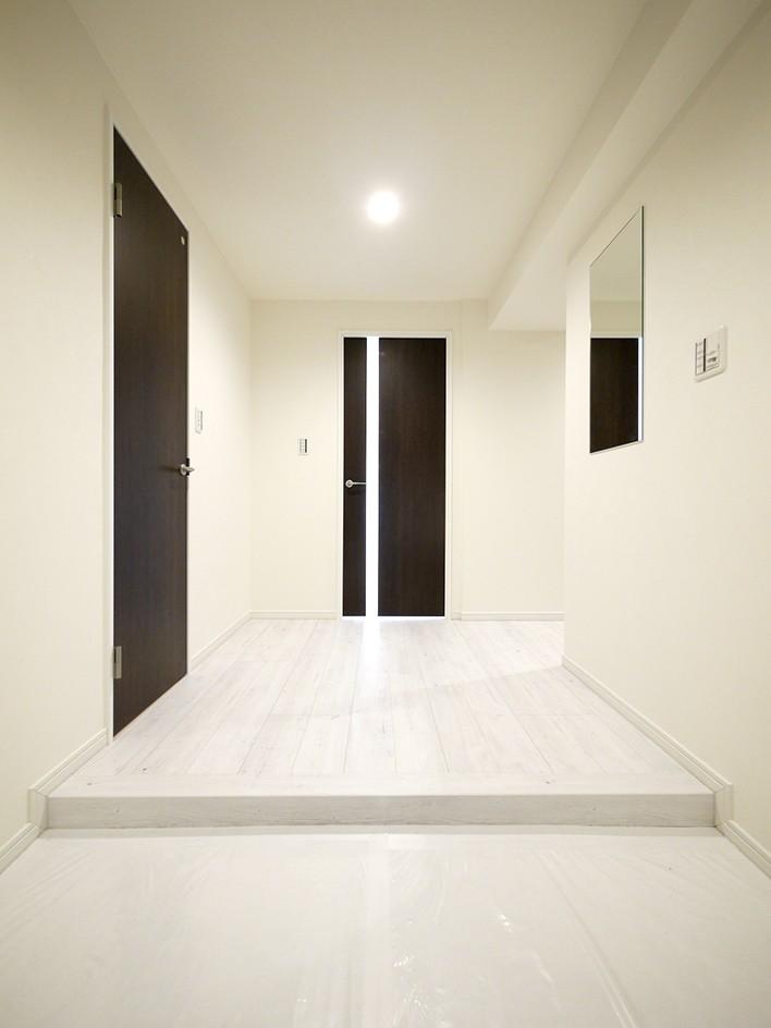 大理石調カウンターのL型キッチン (玄関・廊下)